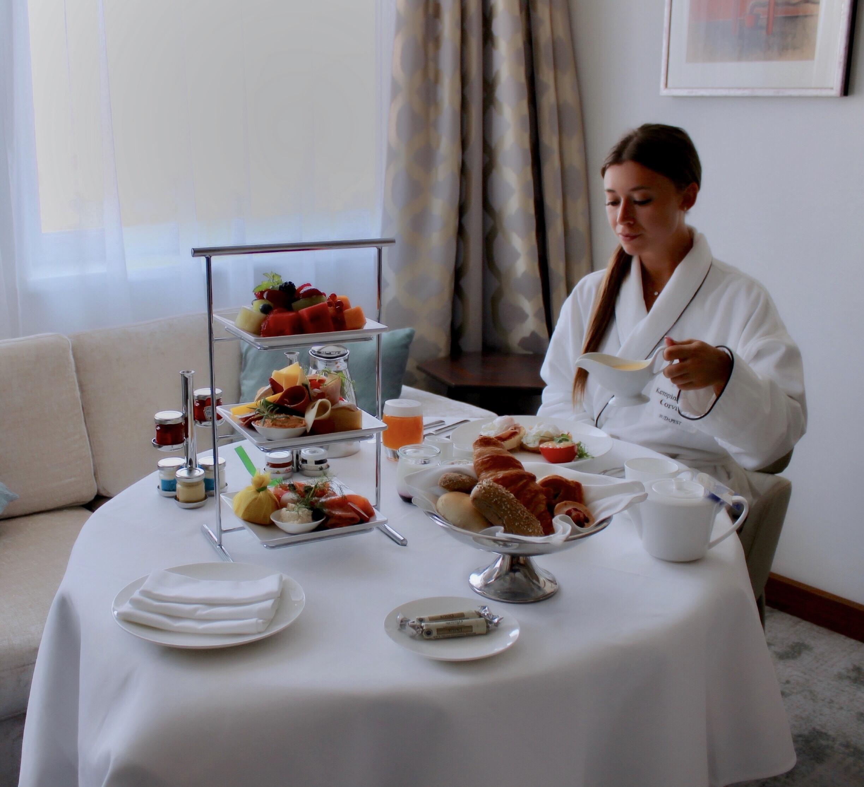 kempinski-hotel-corvinus-budapest-breakfast-inroom-lustforthesublime